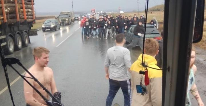 Под Уфой толпа футбольных фанатов напала на болельщиков «Урала». По их словам, фанаты были из Перми