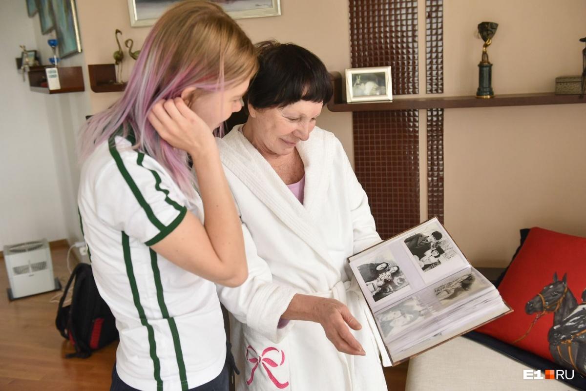 Дома у Тамары Васильевны много книг и фотоальбомов