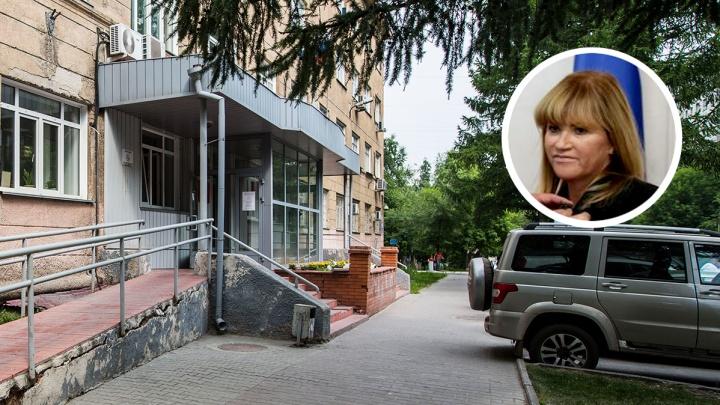 Топ-менеджера клиники Мешалкина задержали и привезли в суд