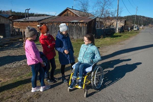 Вероника со сверстницами в родном поселке