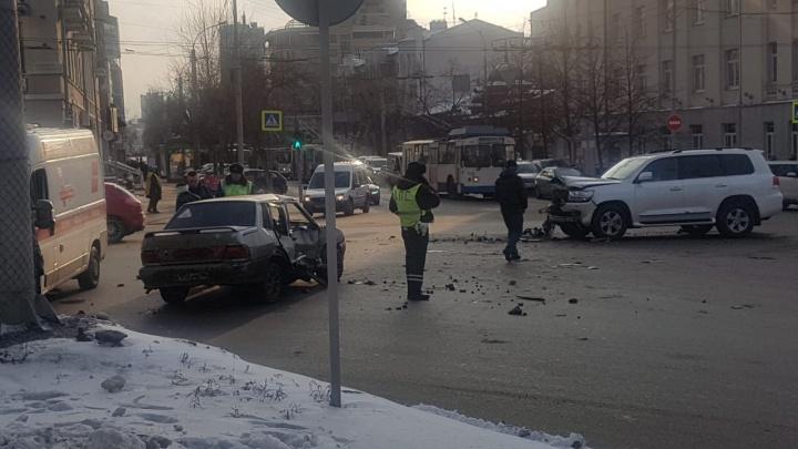 Решил проскочить на красный: у «Высоцкого» ВАЗ столкнулся с Toyota Land Cruiser