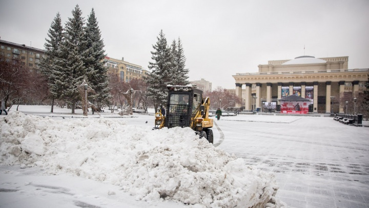 На улицы Новосибирска вывели снегоуборочную технику — почистили площадь Ленина перед митингом