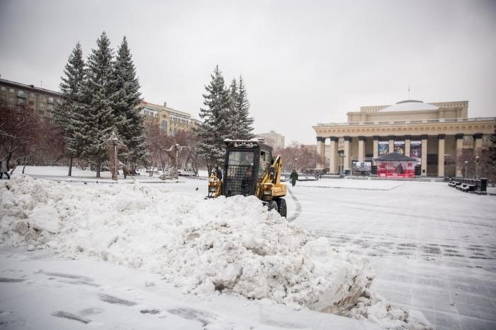 На площадь Ленина вышла снегоуборочная техника
