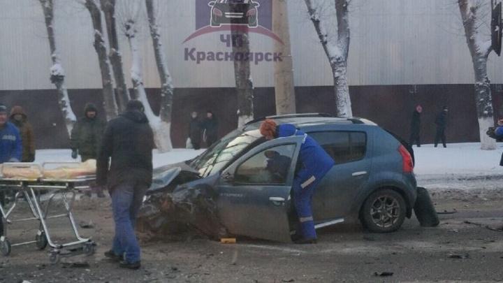 Водителя «Рено» увезли в больницу после выезда на встречку и столкновения с джипом