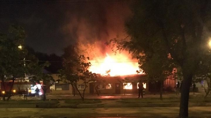 «Напротив церкви будет новый магазин»: ночью в Волгограде сгорел торговый павильон