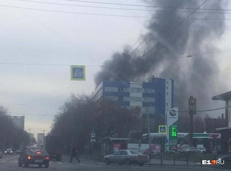 У завода загорелась крыша