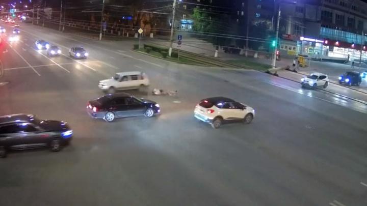 Пошел на таран: смотрим видео «самоуничтожения» велосипедиста в центре Волгограда