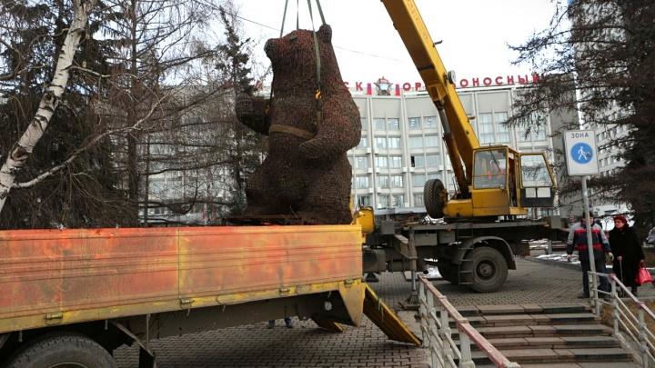 Первого в Красноярске «зелёного» мишку навсегда увезли с площади возле мэрии