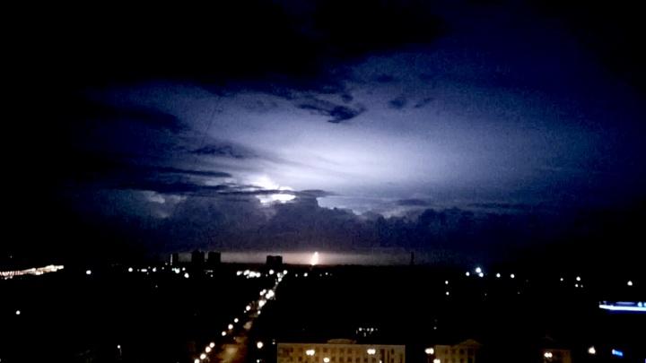 Ночное небо над Новосибирском осветили вспышки зарницы