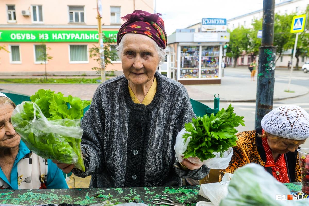 Галине Владимировне 84 года, ей торговля заменяет посиделки на лавочке (или соцсеть)