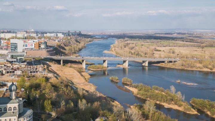 Пожилой мужчина упал с Октябрьского моста