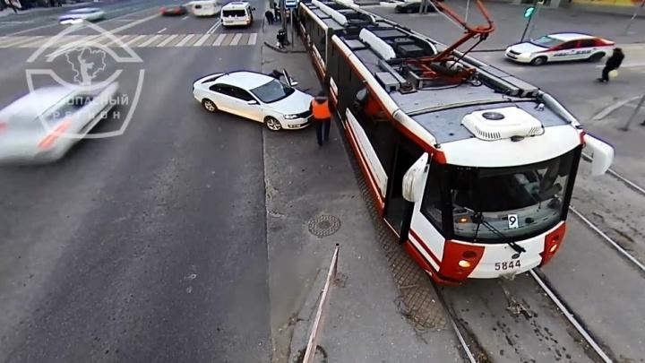 Один спешил — стоял весь город: появилось видео столкновения трамвая и иномарки в Волгограде