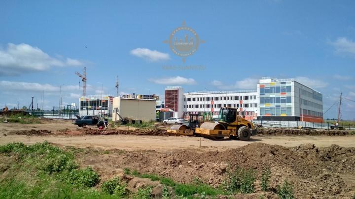 К новой школе в «Солнечном» стали прокладывать дорогу после жалоб родителей