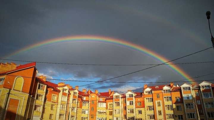 Через весь город! 10 фото огромной радуги в Ярославле, от которой захватывает дух