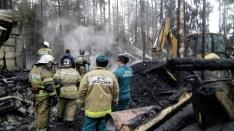 Спасатели нашли тело 10-летнего мальчика под дымящимися завалами на турбазе в Соболихе