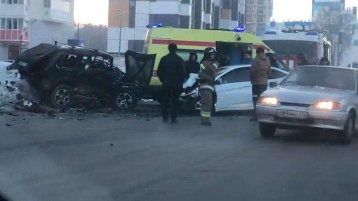 «Пострадали несколько человек»: на северо-западе Челябинска «Нива» лоб в лоб въехала в Hyundai