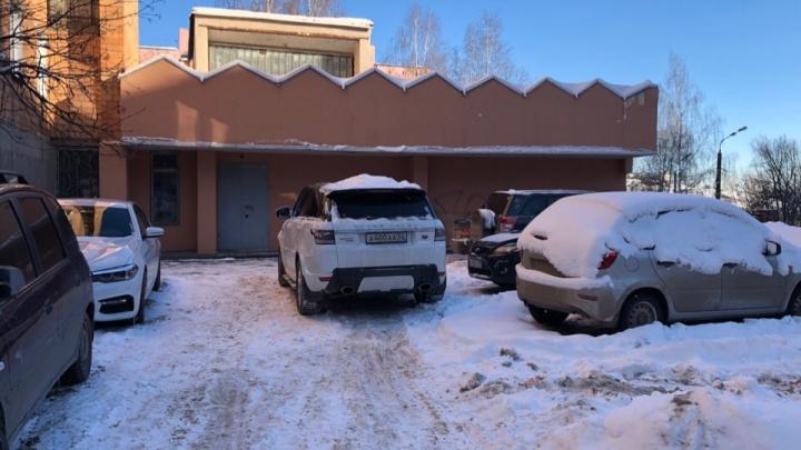 Короли парковки. Range Rover с очень красивыми номерами запер машины во дворе