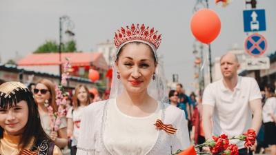 Парад красавиц: любуемся тюменками, которые очаровали всех на шествии в День Победы
