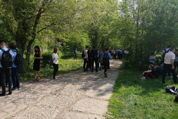Школьникам пришлось несколько часов ждать разрешения ситуации на улице