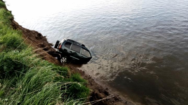 «Уехали на рыбалку и утонули»: в Прикамье тела троих молодых мужчин нашли внутри «Нивы»