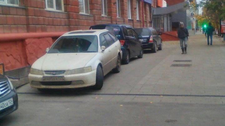 После разрешения парковаться на Мира водители превратили в парковку тротуары с новой брусчаткой