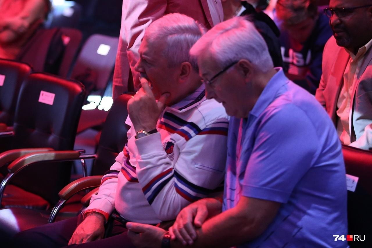 Председатель ЗСО области Владимир Мякуш и депутат ЗСО Юрий Карликанов явно заскучали в ожидании встречи Ковалёва и Ярда