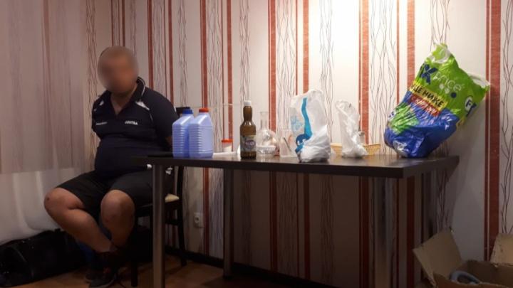 В Екатеринбурге полицейские накрыли нарколабораторию и задержали ее пьяного хозяина