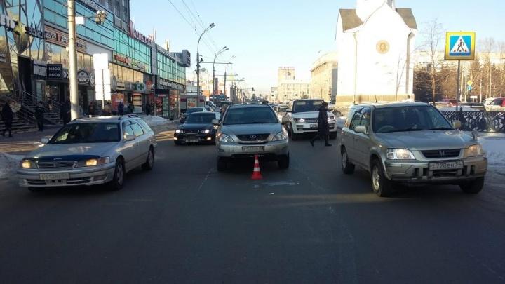 «Лексус» сбил женщину у часовни на Красном: пострадавшую увезли на скорой