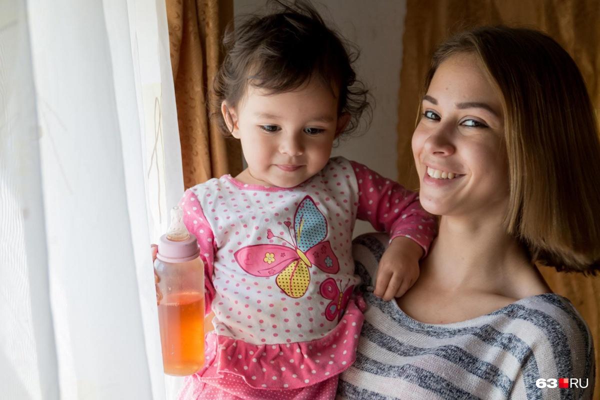 Карие глаза, пухлые губки и аккуратный носик: крошка-дочка и молодая мама похожи друг на друга как две капли воды