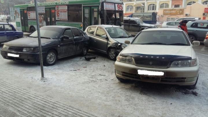 Массовая авария на Красном проспекте: Toyota вылетела на парковку после удара автобуса