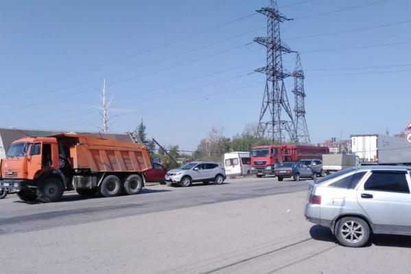 По словам читательницы НГС, водитель опустил кузов уже после того, как оборвал линию