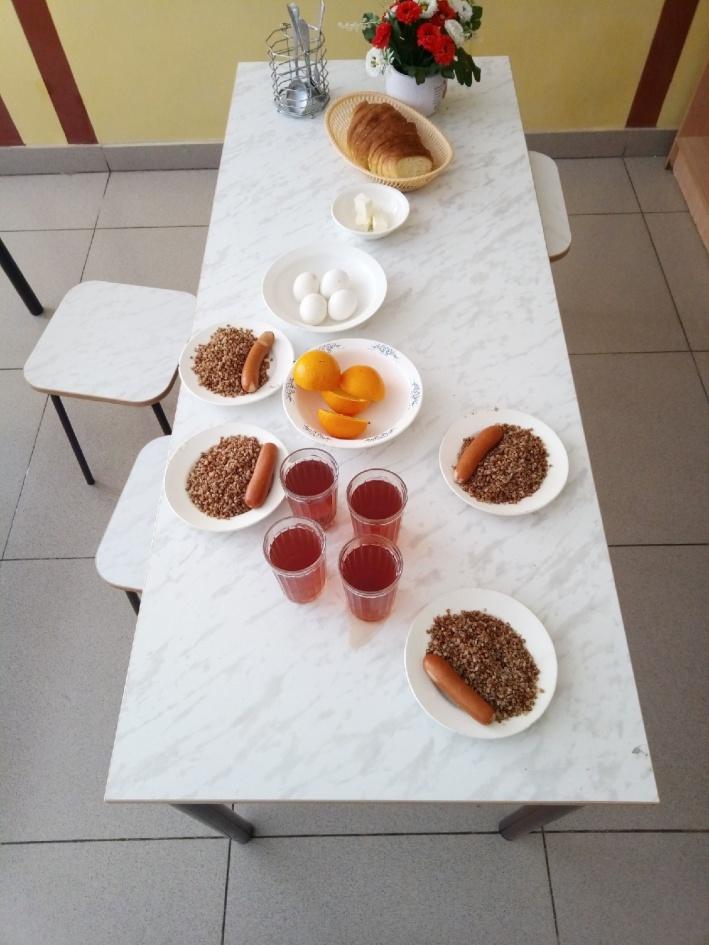 Гречка, сосиска и яйца — must have любой школьной столовой