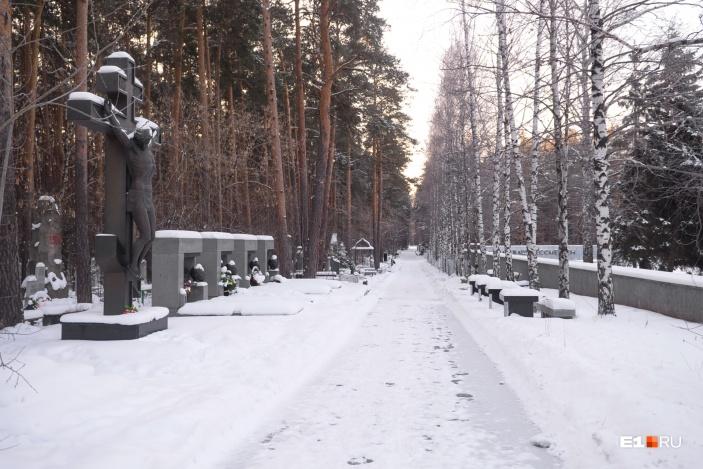 Многие называют это место на Широкореченском кладбище «аллеей 90-х». Некоторые памятники создал известный скульптор Геворг Геворкян