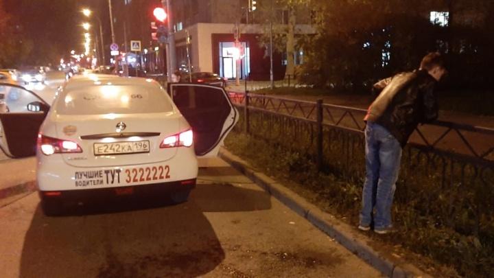 В центре Екатеринбурга прохожий напал на водителя такси, мужчина в больнице