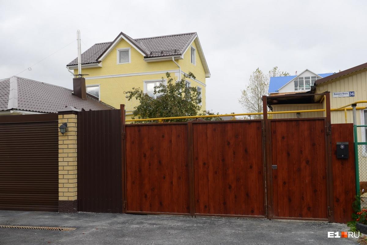 Многие дома прячутся за неприступными заборами