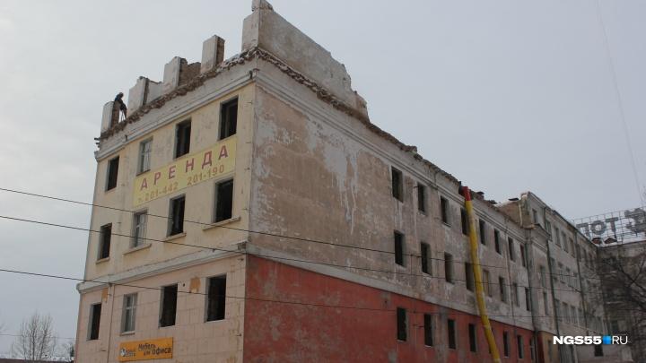 Рабочие снесли пятый этаж здания бывшего Облпотребсоюза в центре Омска
