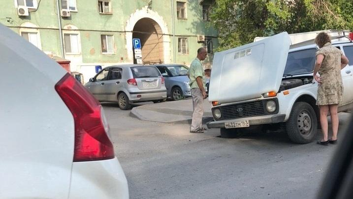 На Заводском шоссе «Нива» провалилась колесом в асфальт