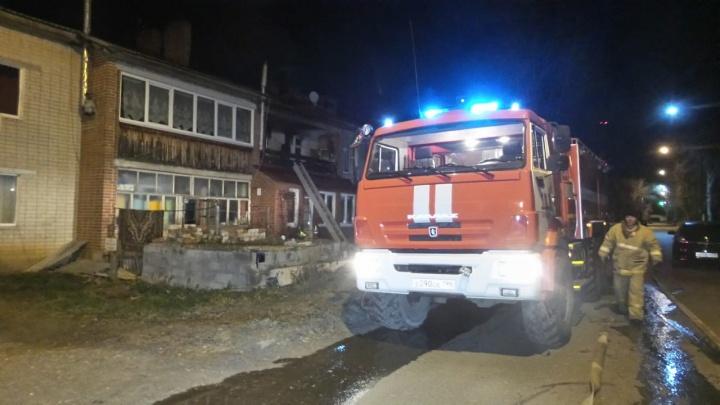 Женщина с балкона горящего дома просила помощи: в Патрушах во время пожара погиб человек