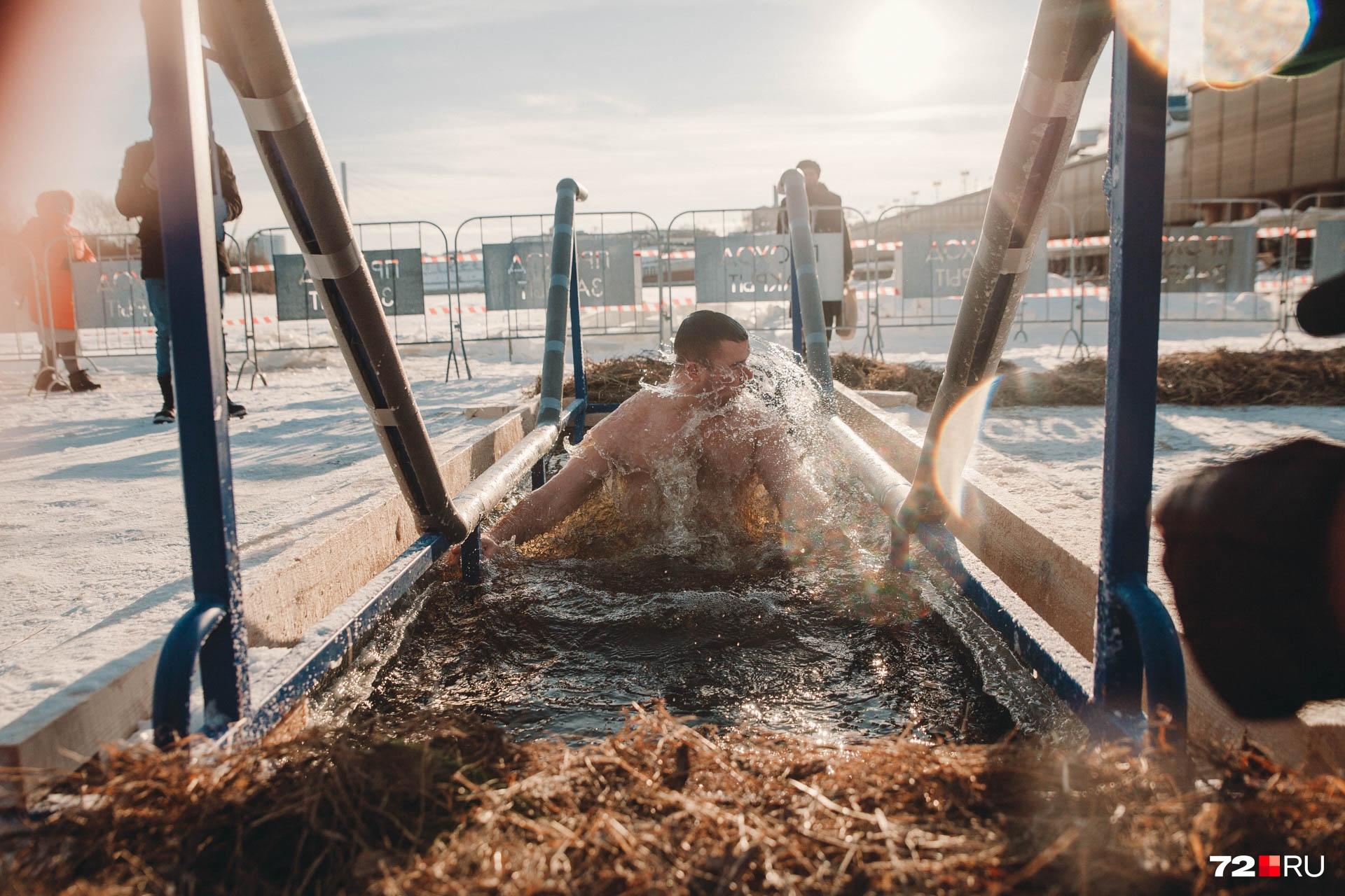 Один из первых окунувшихся мужчин в ледяную воду. Это тюменец Александр. Мужчина говорит, что старается каждый год искупаться, но не всегда это у него получается. А вообще на его счету уже девять таких погружений. К этому обряду он готовится заранее и признается, что в первую очередь это эмоциональная подготовка