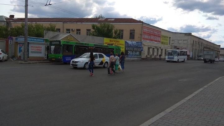 Пешеходы перебегают дорогу у вокзала из-за исчезновения перехода во время ремонта