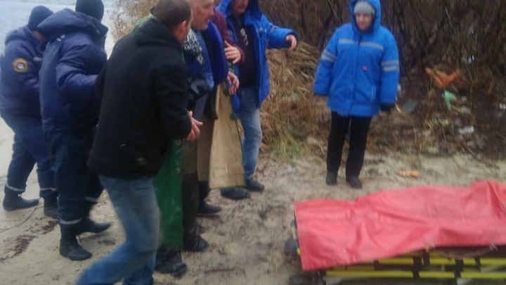 Привязал себя за руку к лодке: спасатели вытащили рыбака, упавшего в Дон