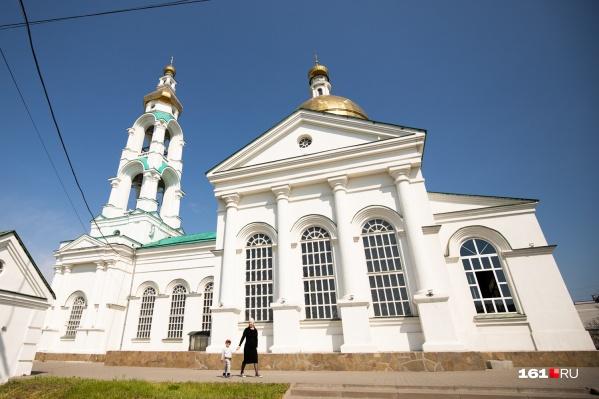 В Храм Преполовения Пятидесятницы ростовчане идут с самого утра