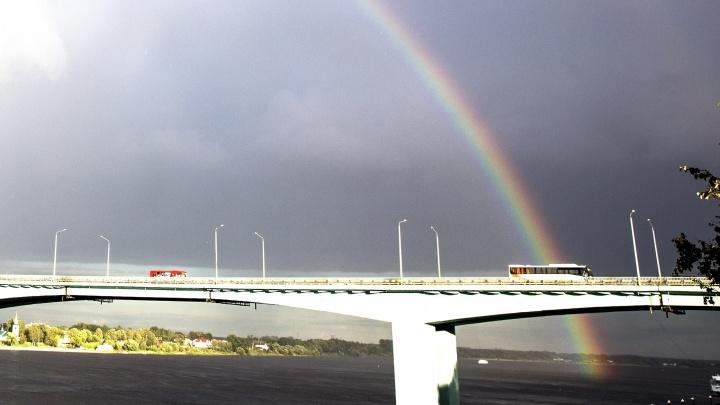 Прямо из реки: смотрим фото гигантской радуги над Ярославлем