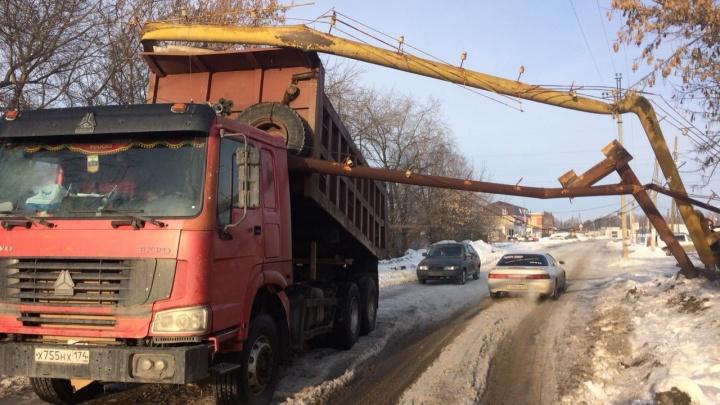 Водитель самосвала оставил без газа два десятка домов челябинцев
