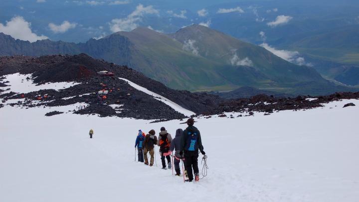 «На высоте 5000 метров попали в грозу»: екатеринбуржец показал впечатляющие фото с Кавказа