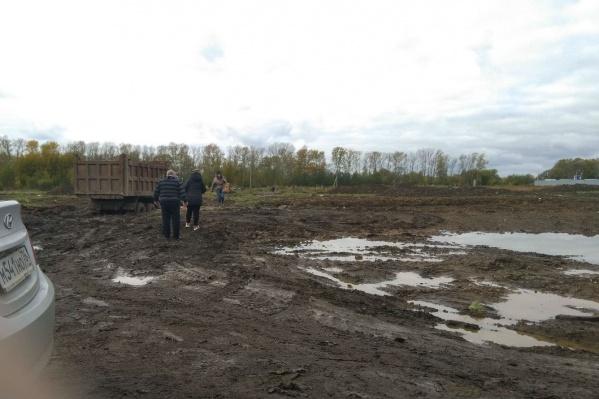 Осташинское кладбище утопает в грязи