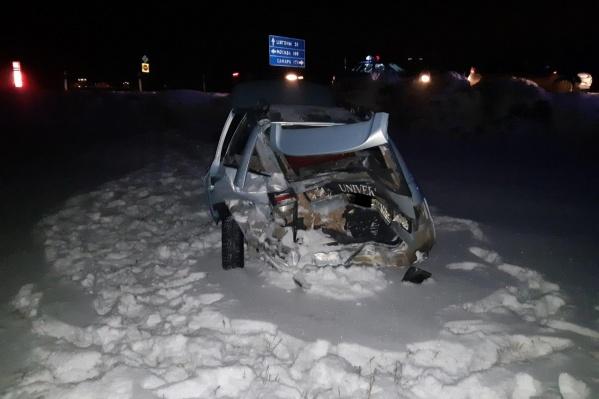 Машина, судя по фото, восстановлению не подлежит. Счастье, что люди в ней остались живы