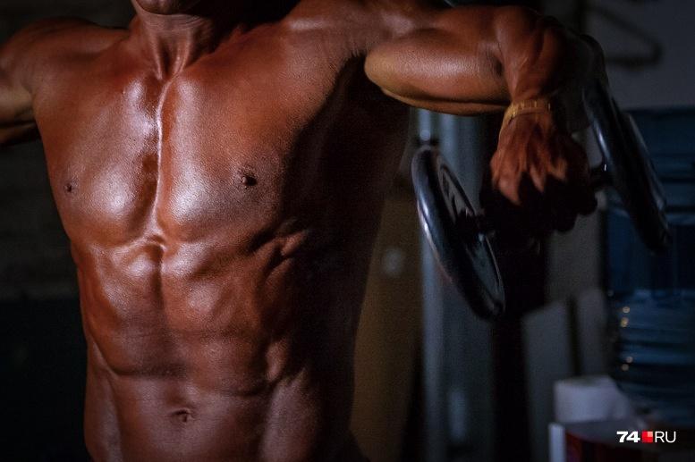 Тренер, продавая чудо-таблетки, обещал клиентам быстрый рост мышечной массы