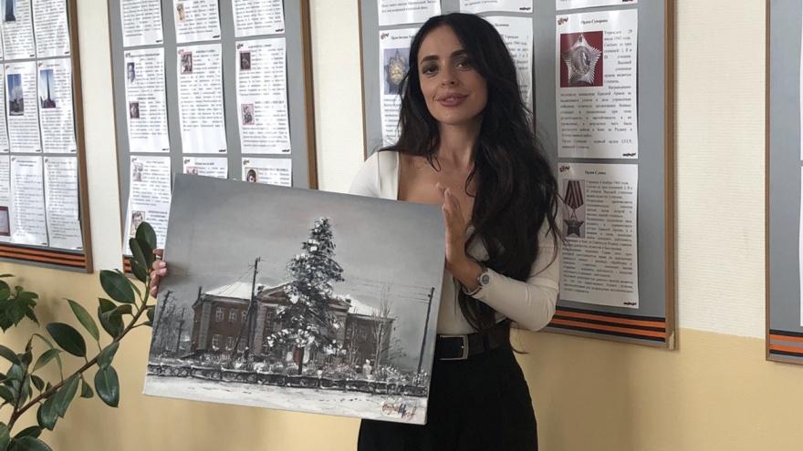 Художница в стиле ню подарила своей школе картину в мрачных тонах