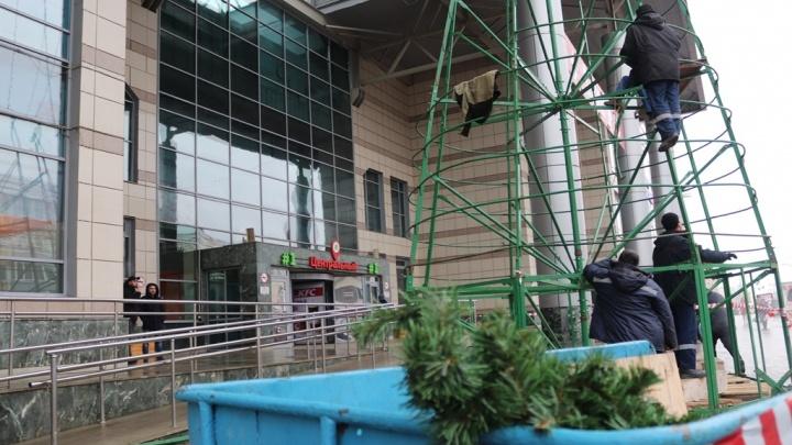 На Центральном рынке в Уфе уже установили первую новогоднюю елку